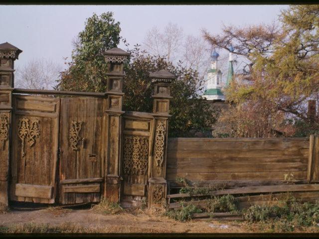 wooden-house-griaznov-street-40-late-19th-century-courtyard-gate-irkutsk-russia-1024